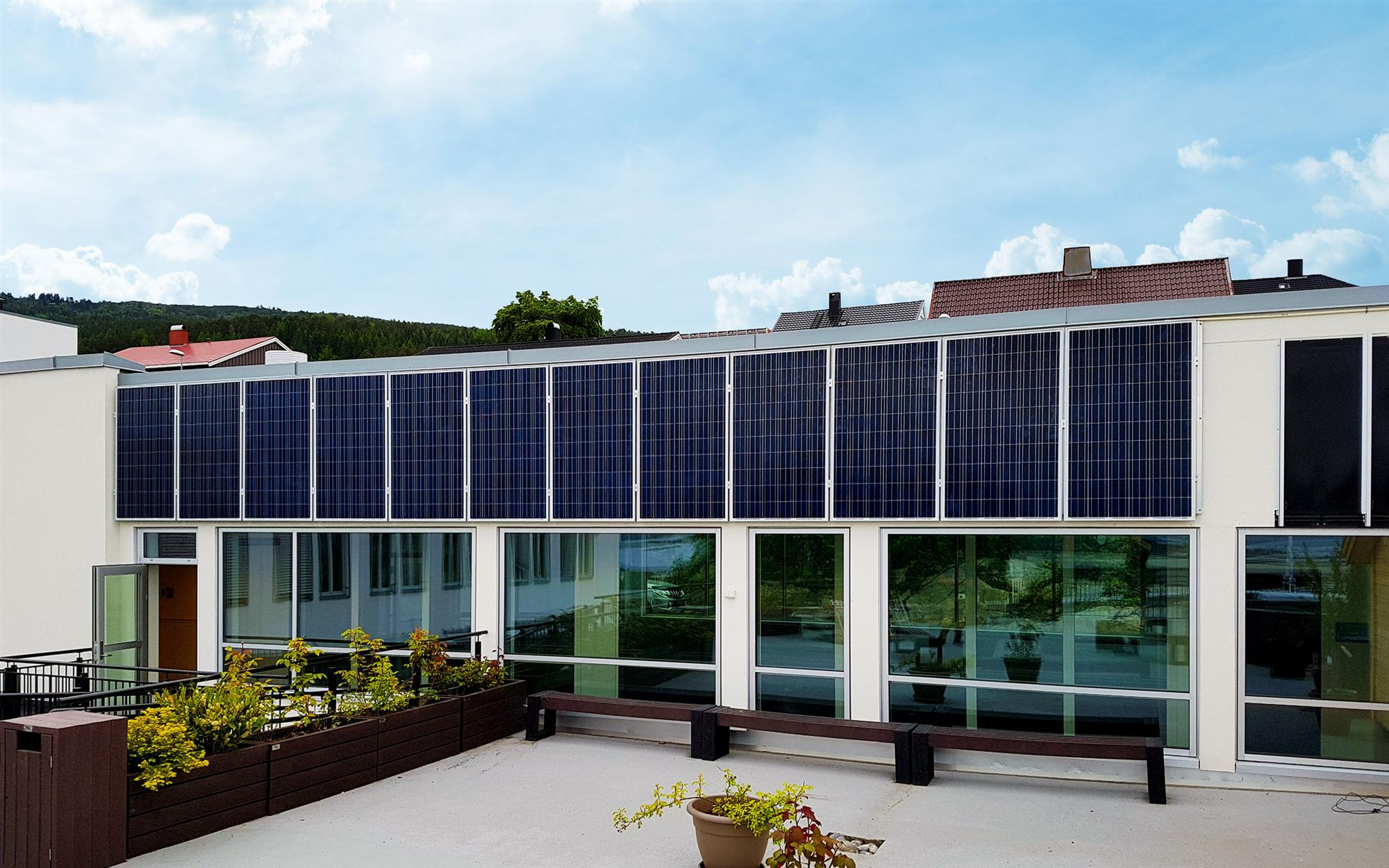 Solceller på fasade av kommunalt næringsbygg