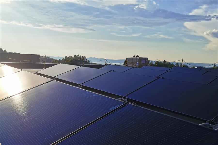 Solceller montert på flatt tak på næringsbygg