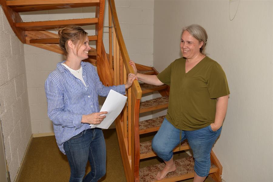 Interiørkonsulent Tina Marie Jensen, XL-Bygg Ski, til venstre gir gode råd til premievinner Trine Hansen.